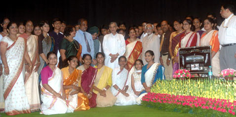 The Vice President, Shri Mohd. Hamid Ansari and the Union Minister of Parliamentary Affairs and Water Resources, Shri Pawan K. Bansal with the students of Kendriya Vidyalaya, CLRI, Chennai the winners of the 21st National Youth Parliament Competition 2008-09 for Kendriya Vidyalayas, organised by the Ministry of Parliamentary Affairs, in New Delhi on July 31, 2009.