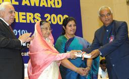 The President, Smt. Pratibha Devisingh Patil presenting the National Award for Teacher-2009 to Shri Vasu Dev Pant, Principal, Uttarakhand (Secondary School Teachers category), on the occasion of the 'Teacher's Day'