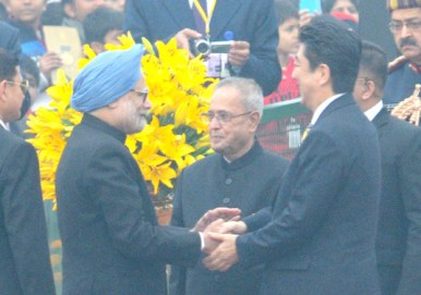 The Chief Guest Prime Minister of Japan, Mr. Shinzo Abe and the President, Shri Pranab Mukherjee being received by the Prime Minister, Dr. Manmohan Singh, on their arrival at the 65th Republic Day celebrations, in New Delhi on January 26, 2014.