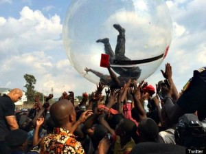 Akon performs in a bubble in DR