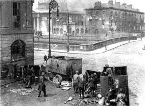 Free State troops fire on the Four Courts with an 18 pounder gun.