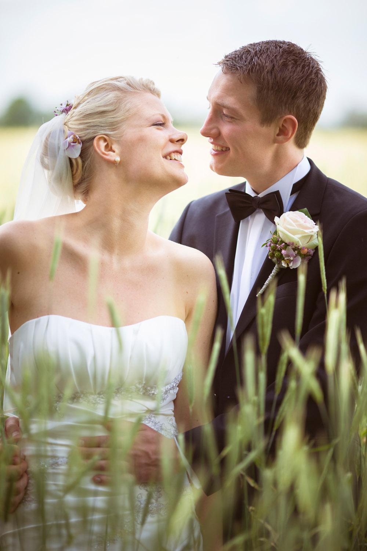 Kys og grin i bryllupsbilleder giver skønne minder