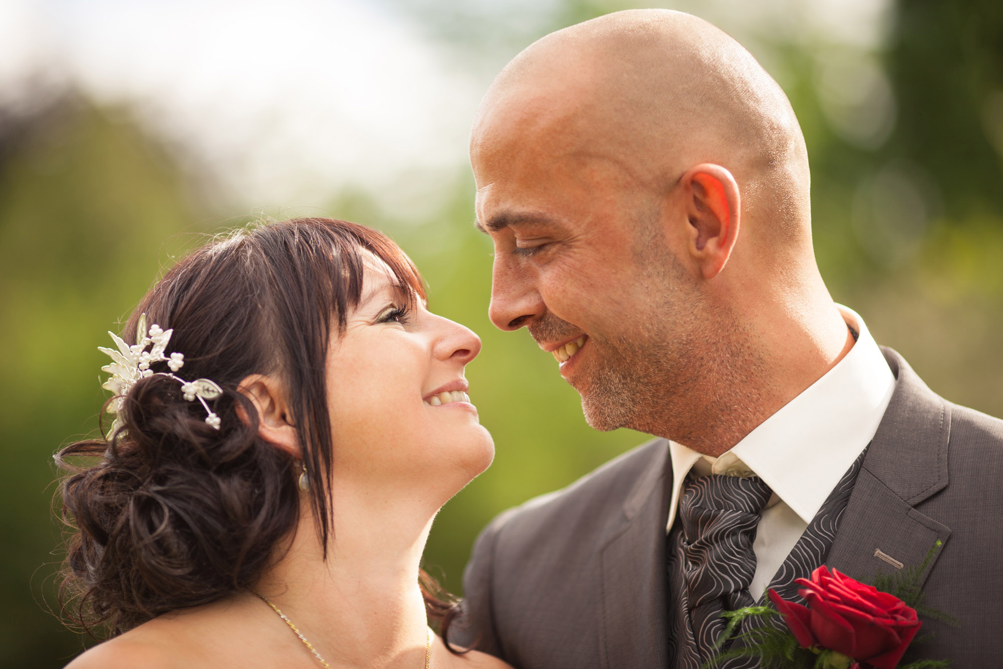 Brud og gom oser af krælighed på bryllupsdagen i Herning