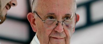pope bergoglio hits head