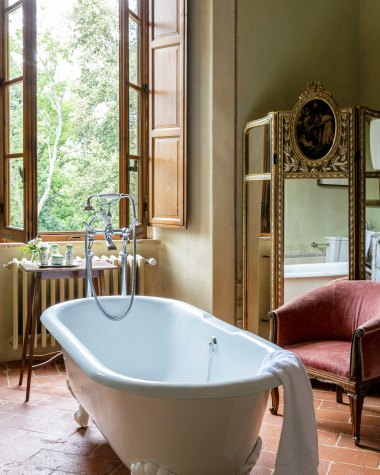 Vintage bathroom at the Borgo Pignano