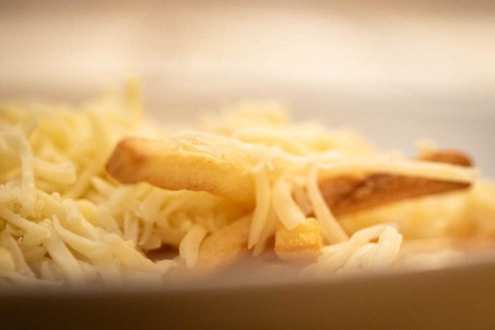 Käse und Pommes