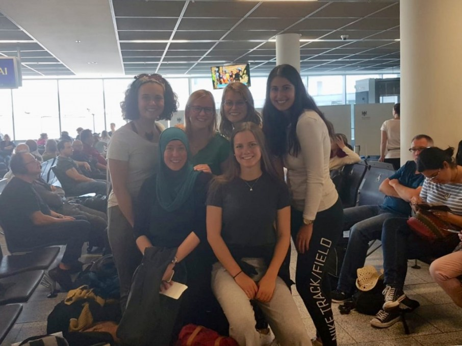 At the airport in Frankfurt: Pauline Faix, Nicole Wiesa, Patricia Hopp, Shirin Ud-Din, Dilara Erdogan & Malin Frahm (from left to right, back to front)