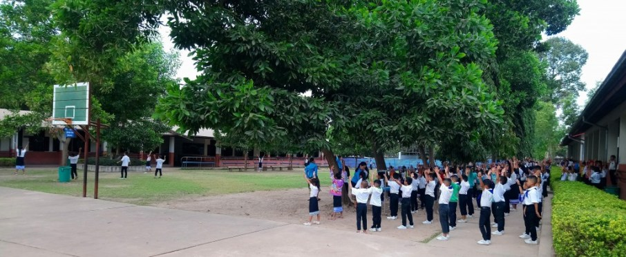 The pupils stand in line on the school yard, ready for morning sports.