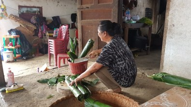 Aunt Thay prepares the banana leaves for Khao Tom.