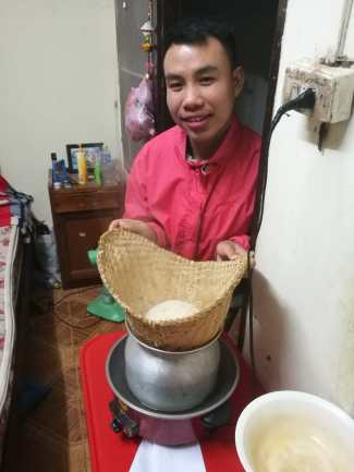 Thongvanh does not only cook at the VEDI restaurant, but also at home in the dorm. Here, you can see how sticky rice is made.