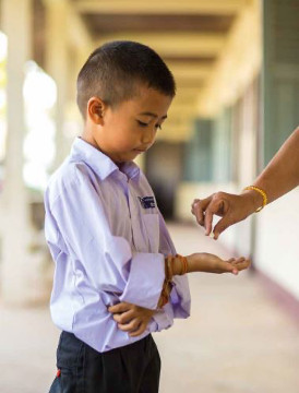 A pupil receives a deworming pill in school supported by UNICEF (photo by UNICEF)