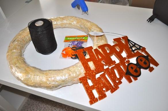 Halloween Wreath Supplies 1024x680 Corona de Halloween en 10 Minutos