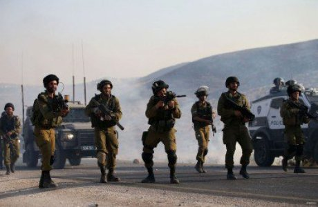 Israeli-soliders-gather-and-aim-tear-gas-at-palestinian-protestors-in-west-bank-nablus1-400x257