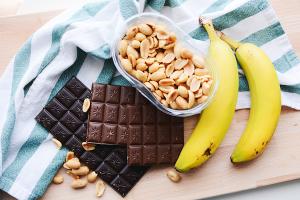Bananensnack met chocolade en pindas
