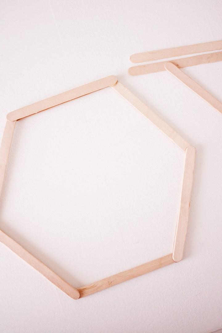 maak-zelf-een-zeshoekig-wandkastje-6-van-12