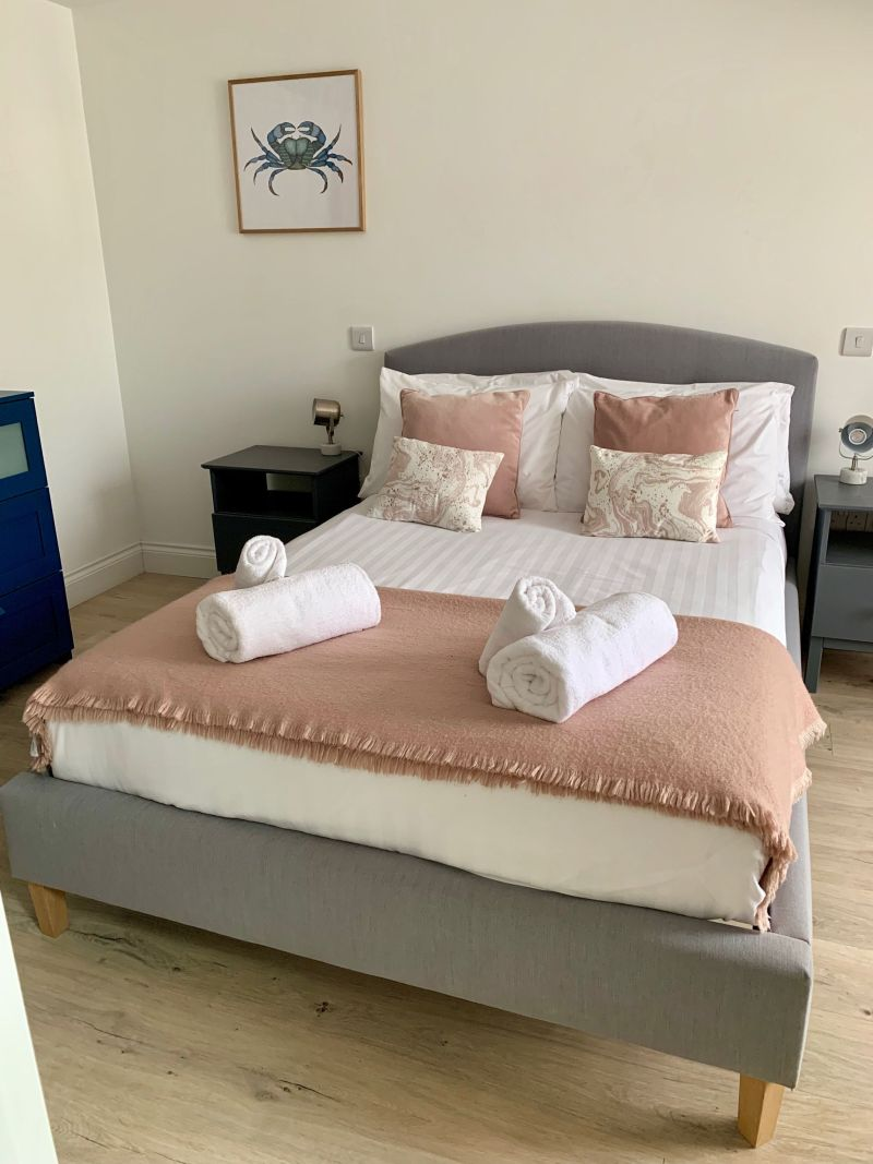 Beachside-apartment-Marazion-cute-grey-and-pink-bedroom
