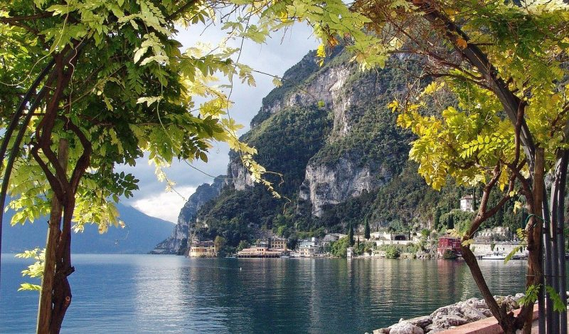 Pretty view of Lake Garda Italy - Ultimate Italy travel bucket list