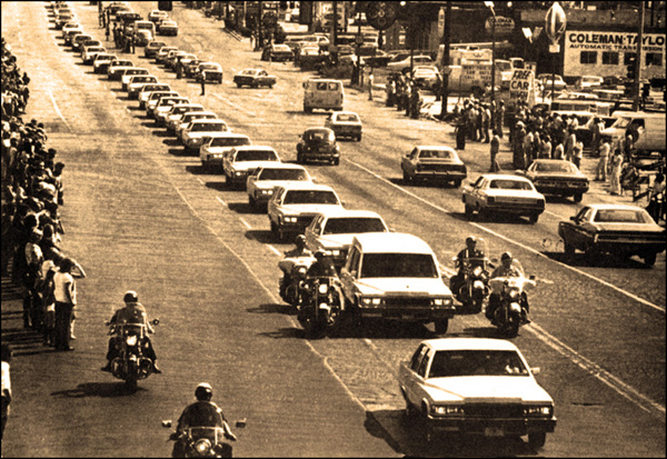 MEMPHIS, USA - AUGUST 18: Elvis Presley's funeral cortege in Memphis, Tennessee on August 18 1977 (Photo by GAB Archive/Redferns)