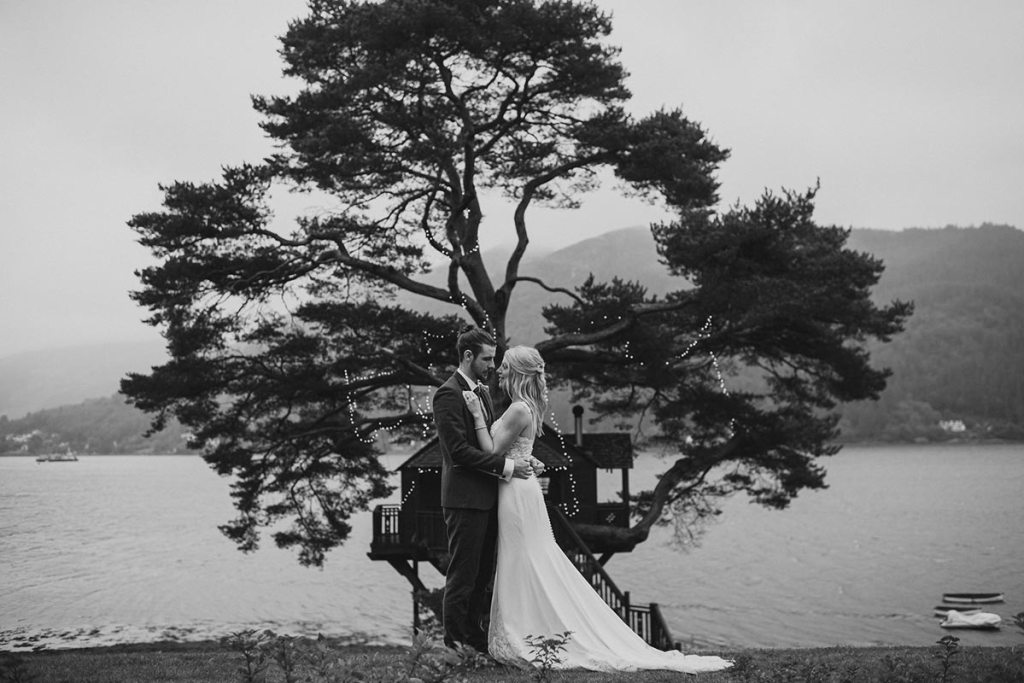 An elopement couple in front of the Treehouse
