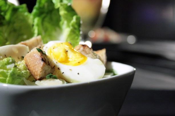 Food-Photography---soft-boilded-egg-on-salad