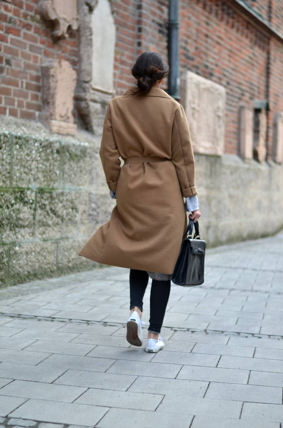 The Classic Camel Coat - Spring - Casual - Lookbook - Streetstyle - Munich - München - Fashionblog - Fashionblogger - Fashionista - Ripped Jeans - Calvin Klein Sunnies - Vintage Hermés - Supergas - Layering