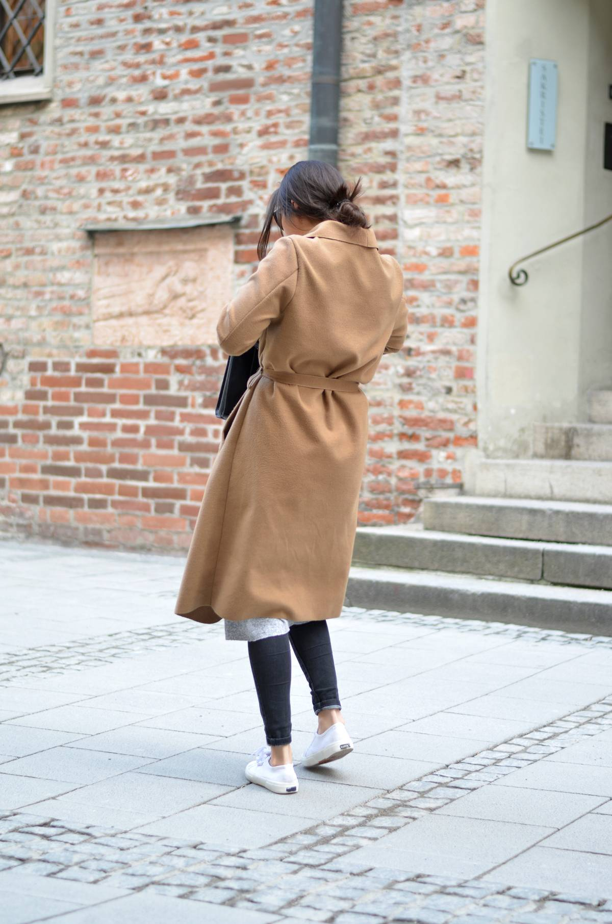 THE SIMPLE CAMEL COAT