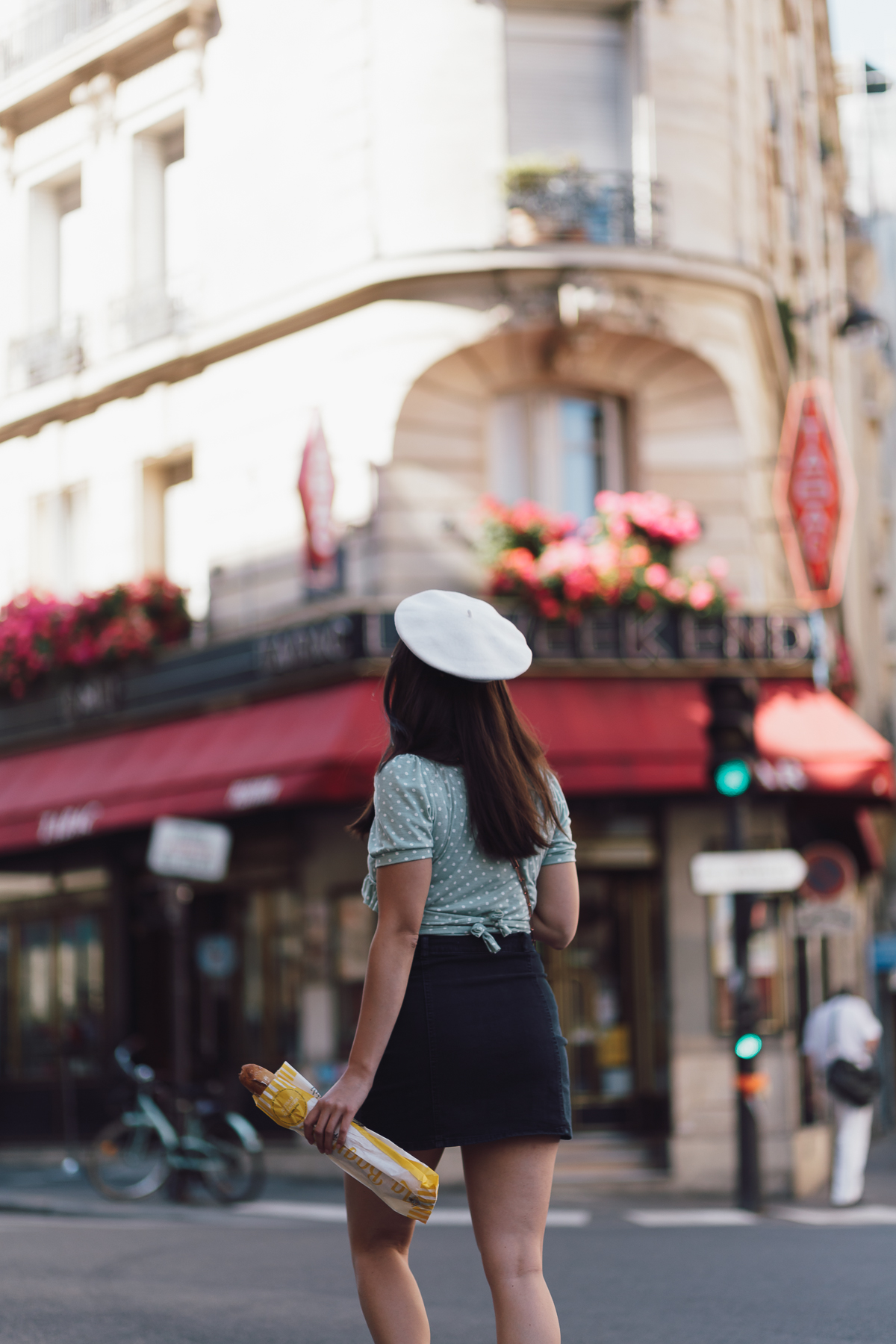 beret - streetstyle paris - parisian ootd - denim mini - classic supergas - boulangerie - benedetta bruzziches carmen bag - blouse with dots - pünktchenbluse