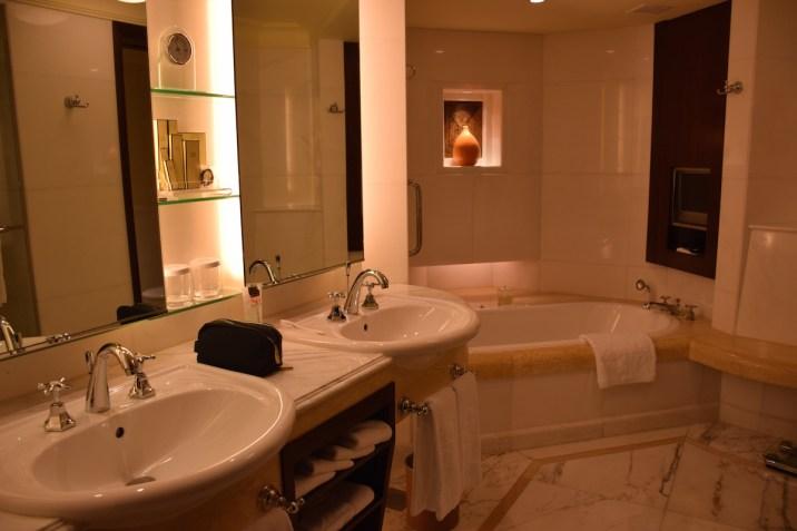Shangri-La Singapore - Valley Wing Deluxe Room bathroom