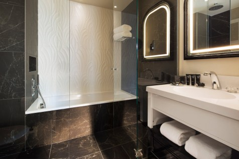 Le Narcisse Blanc - Executive Room bathroom