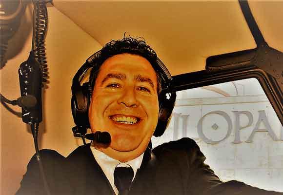 Nuestro colaborador Javier Campo disfrutando del viaje en helicóptero