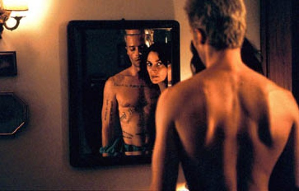 Leonard (Guy Pearce) e Natalie (Carrie-Ann Moss)