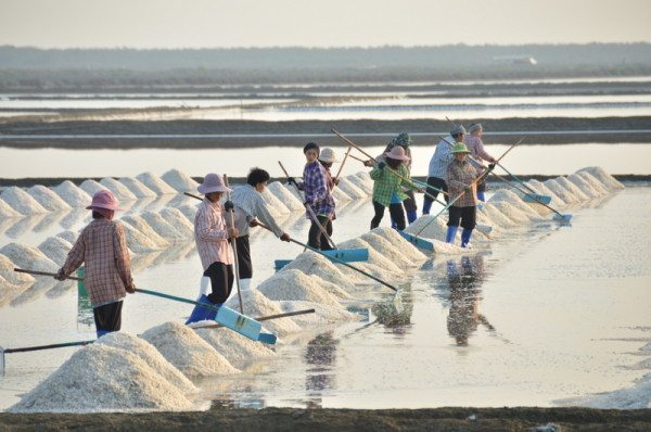 petchaburi-salt-workers