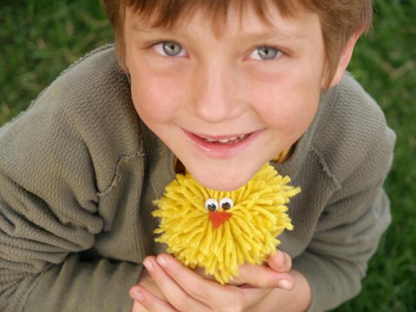 Make a yarn pom pom chick : www.theMagicOnions.com