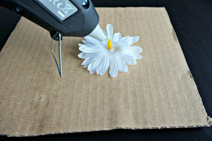 How to make your own easy Faux Flower Daisies Hair Tie | A DIY by The Makeup Dummy