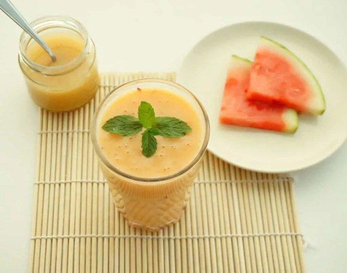 This Superfood Tropical Papaya Smoothie is delicious! | recipe by The Makeup Dummy
