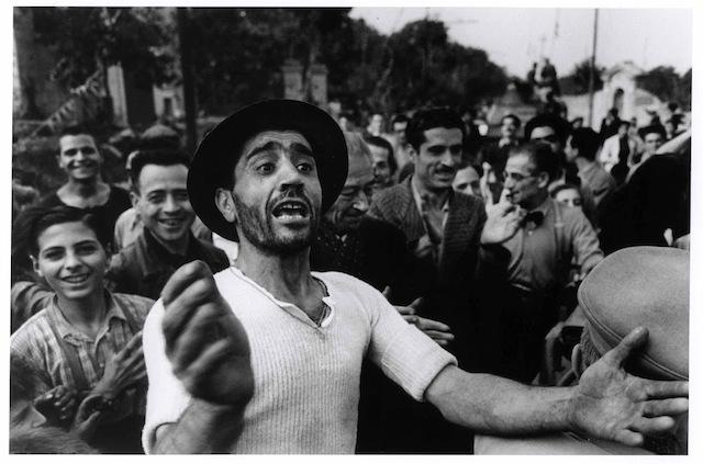 Benvenuto alle truppe americane a Monreale, 23 luglio 1943 Fotografia di Robert Capa © International Center of Photography/Magnum  – Collezione del Museo Nazionale Ungherese