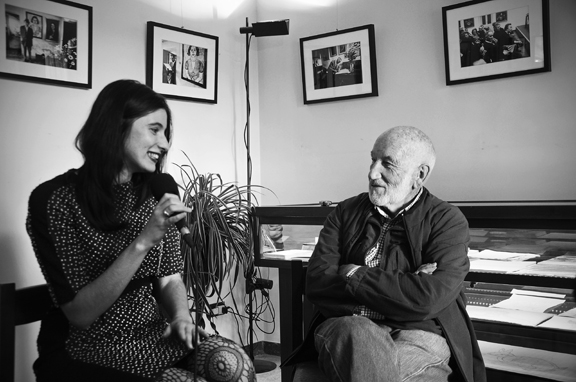 Gianni Berengo Gardin intervistato dalla curatrice Giulia Morelli - Foto Nicolo Cecchella