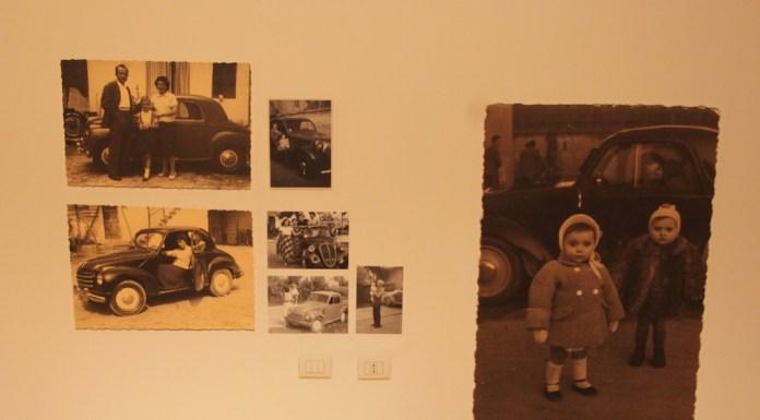 Il risultato è stato quello di arrivare ad una mostra documentaria sui reggiani. In mostra i nostri vecchi zii, persone sconosciute, bambini, ragazzi, ritratti al fianco dell'auto.