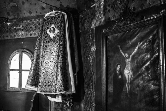 Dietro l'altare. Chiesa lignea di Breb, Maramures, Romania, aprile 2015.