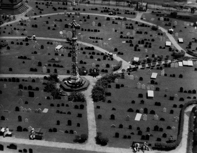 Trinity churchyard. New York, 1934 © Berenice Abbott / commerce graphics / Getty Images. Courtesy of Howard Greenberg Gallery, New York