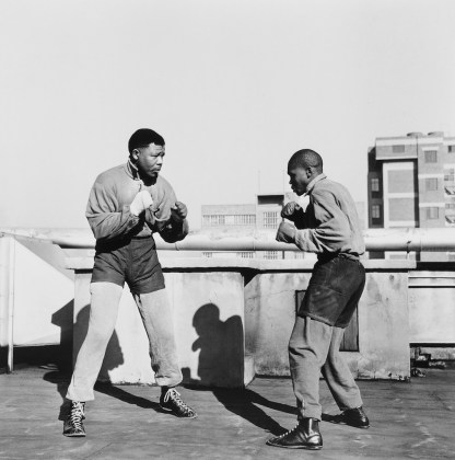 Bob Gosani Treason Trial: End of Round One Mandela boxing on the roof top of a building in Johannesburg, 1957 (2010) stampa ai sali d'argento 50,5 ✕ 40,5 cm © l'artista