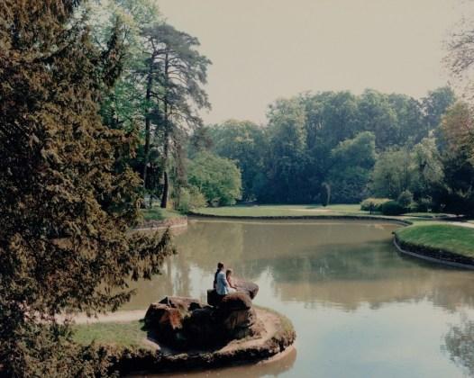 """Luigi Ghirri Versailles, 1985 dalla serie """"Versailles"""" stampa a colori 24 x 30,5 cm © Eredi di Luigi Ghirri"""