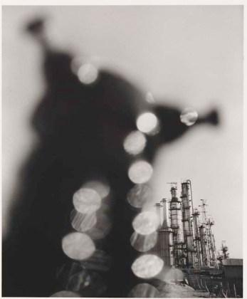 Shomei Tomatsu (Nagoya Giappone, 1930 – Naha, Giappone, 2012) Impianto petrolchimico. Yokkaichi, Mie, 1960 Petrochemical Plant. Yokkaichi, Mie, 1960 Stampa ai sali d'argento Gelatin silver print 35,5 × 29,2 cm ©Shomei Tomatsu Estate, courtesy | PRISKA PASQUER, Cologne
