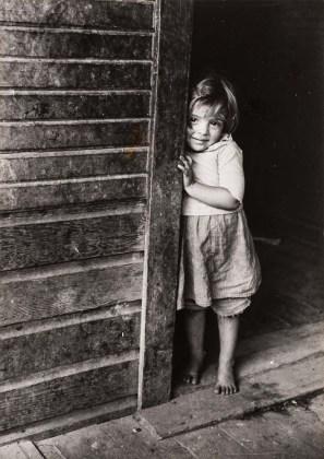 Marion Post Wollcott (New Jersey, USA, 1910 – Santa Barbara, USA, 1990) Figlio di minatori, West Virginia, 1941 c. Miner's Child, West Virginia, c. 1941 Stampa ai sali d'argento Gelatin silver print 21,6 × 15,6 cm © Marion Post Wolcott