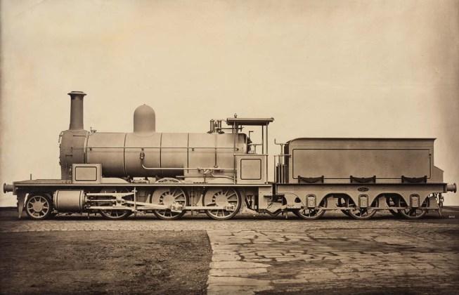 James Mudd, (Halifax, United Kingdom, 1821 / Bowdon, United Kingdom, 1906) Locomotiva a vapore, 1880 c. Steam Locomotive, c. 1880 Stampa al carbone Mammoth Carbon Print 83,8 × 121,3 cm (33 × 47 3/4 in.) © Courtesy Roland Belgrave Vintage Photography Ltd