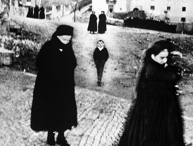Mario Giacomelli, Dalla serie Scanno, 1957-59 © Eredi Mario Giacomelli