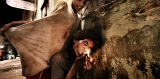 Salvador de Bahia, Brasile, 2009. José, 12 anni, consuma paco tra i vicoli del Pelurinho.