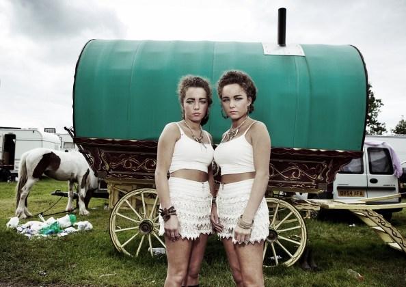 Kat and Mika si preparano per il sabato sera, 2012.