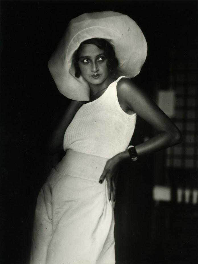 "JACQUES HENRI LARTIGUE: Renée. Biarritz, August 1930 « Photograph Jacques Henri Lartigue© Ministère de la Culture France/AAJHL ». Dalla mostraJACQUES HENRI LARTIGUE ""Diary of a Century"""