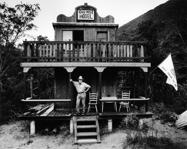 Christopher Felver, Ferlinghetti at Old West Hotel, 1981. Collezione dell'artista, Sausalito, California © Chris Felver